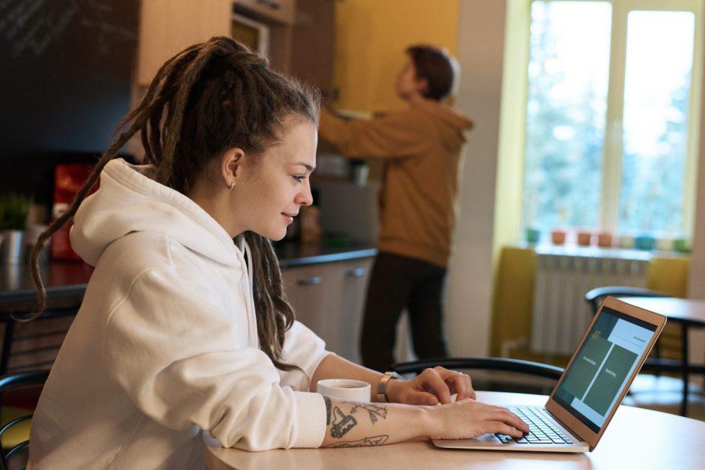 Pessoa em sua casa realizando uma conversa por vídeoconferência