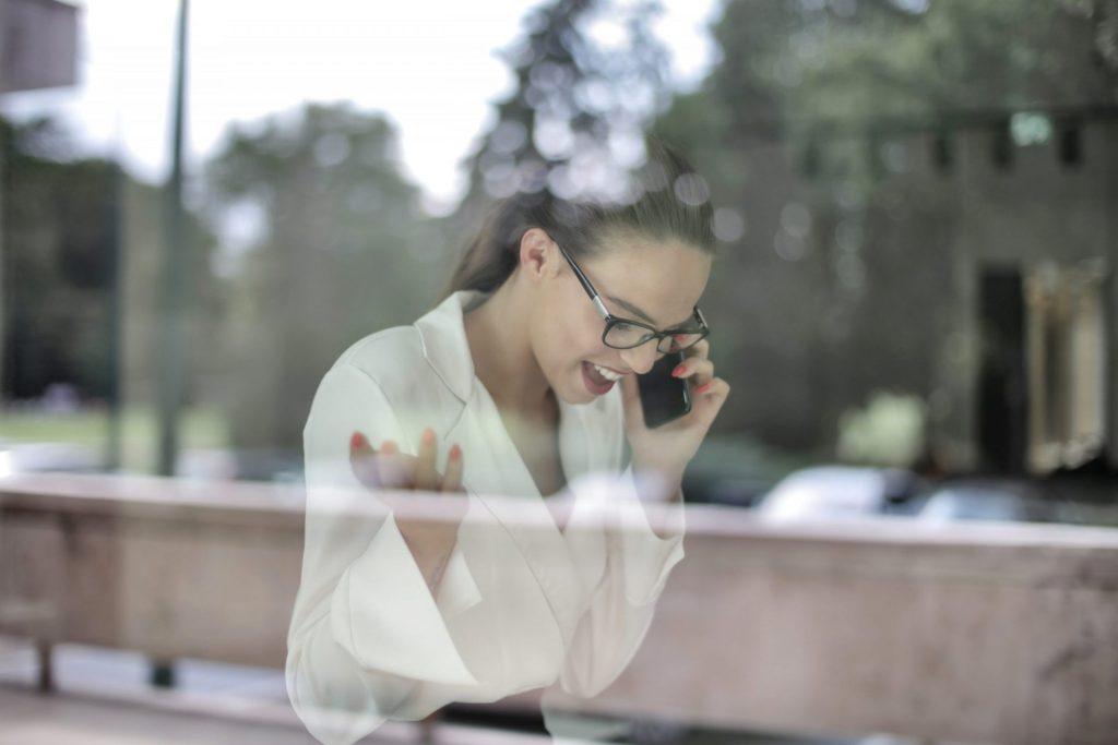 Pessoa conversando no celular