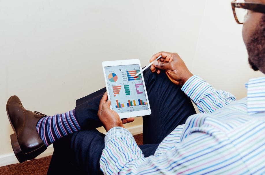 Homem vendo relatórios em seu tablet