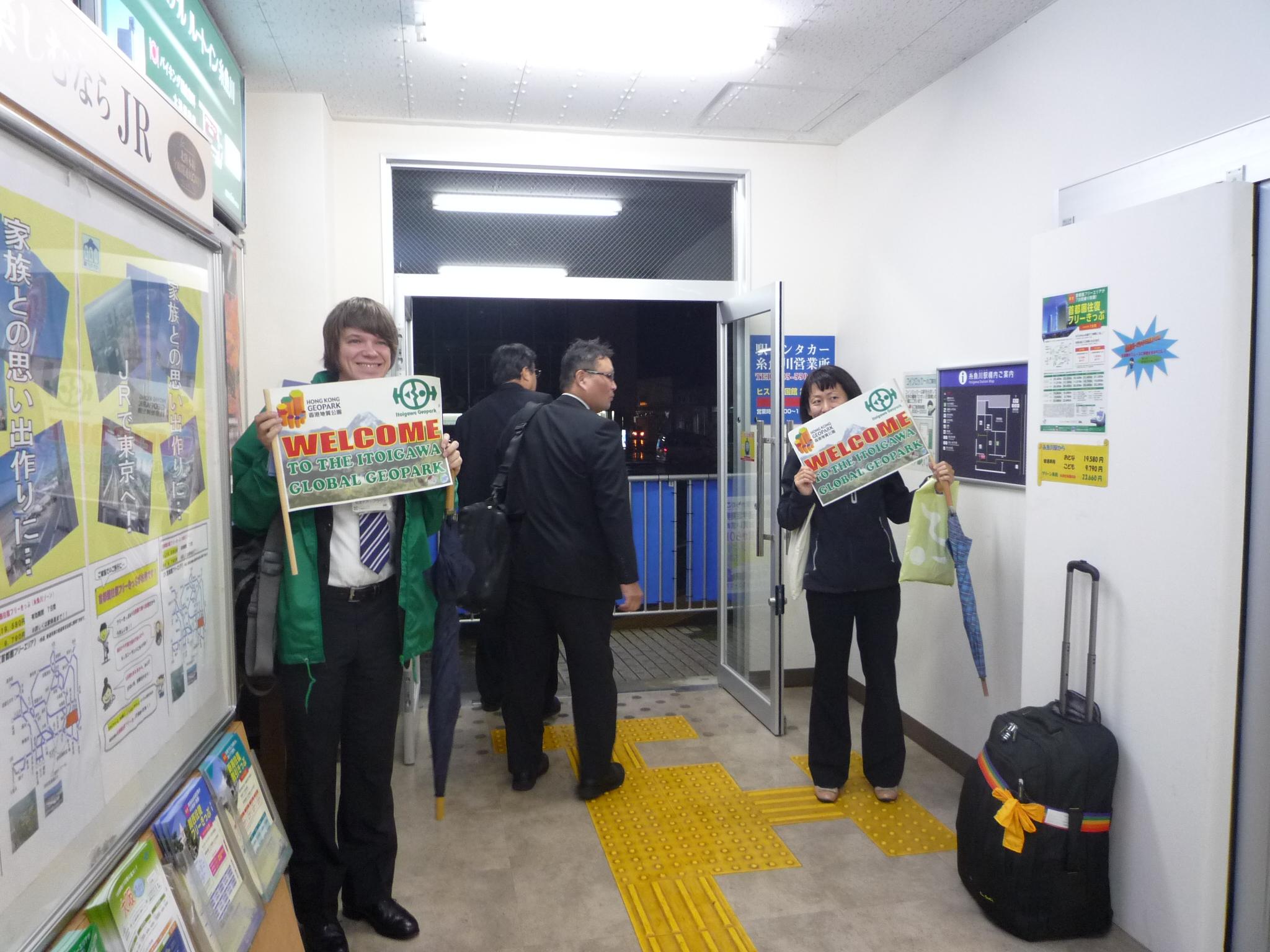 Geopark staff greet the Hong Kong students at Itoigawa Station