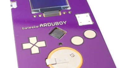 Kévin Bates crée l'Arduboy une carte de visite avec jeu vidéo intégré