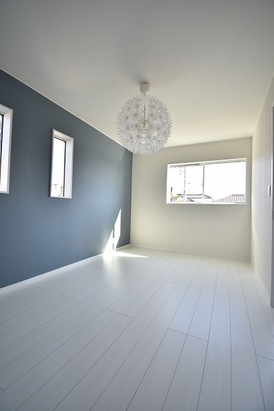 印象的な照明のある部屋。ブルーと白のさわやかな配色です。