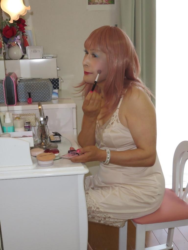 ベージュ色のスリップ鏡台前(3)