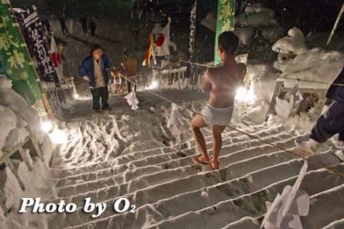 佐女川神社 寒中みそぎ 水ごり 階段を下る
