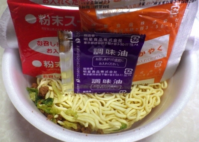 8/6発売 一平ちゃん 大盛 赤辛豚味ラーメン(内容物)