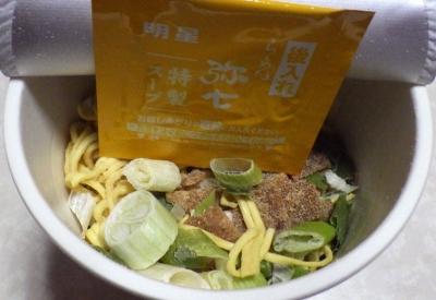 11/19発売 銘店紀行 至高の鶏白湯醤油 らーめん弥七(内容物)