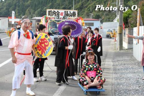 神社行列に続く踊り山車