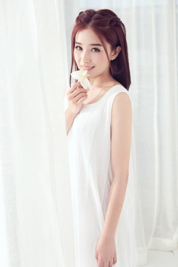 清純白裙:人気若手女優カン・チンズ(闞清子)が最新写真を公開!!