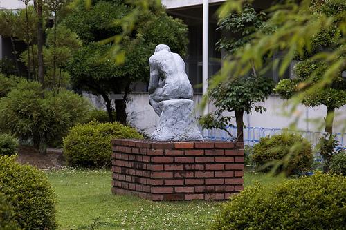 中庭で考える人 - 無料写真検索fotoq