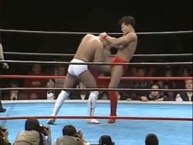 田村の膝蹴り、