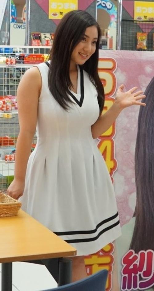 白いワンピースを着た紗綾の着衣巨乳