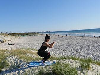 entrainement fessier, squat avec élastique