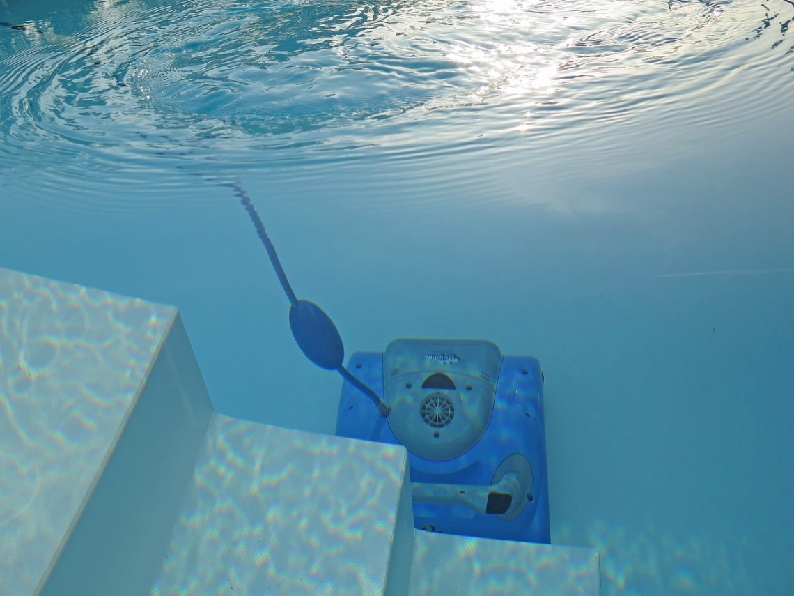 swimming-pool-2139101_1280(2)