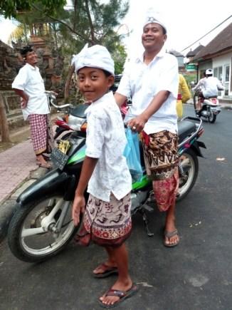 Direction le temple pour cette famille (Ubud)