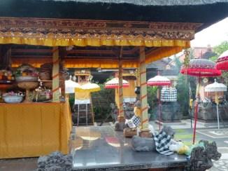 Le temple familial où je loge est décoré pour la fête (Ubud)