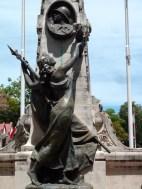 Tahitienne au monument aux morts, à Papeete.