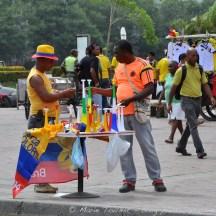Vendeurs de trompetas un jour de match Colombie - Côte d'Ivoire