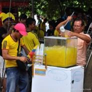 Vendeur de jus de fruit pendant le match Colombie - Côte d'Ivoire