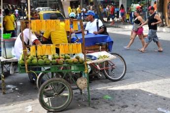 Un vendeur de mangues coupées et sucrées à Santa Marta.