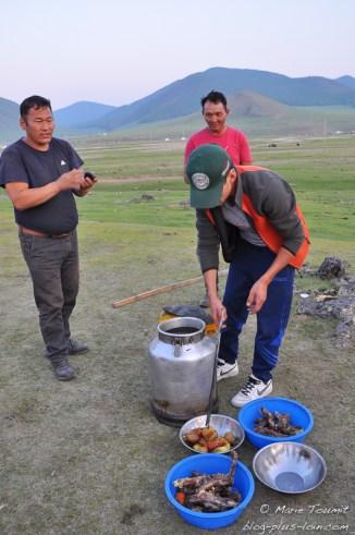 Le khorkhog sort du bidon.