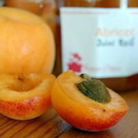 fruits saison mois aout abricots coupé noyau