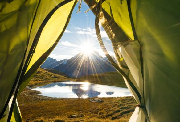 Tente ouverte sur un matin alpin
