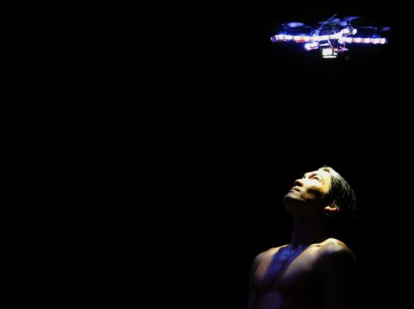 Le danseur Matt Del Rosario et un robot créé par le laboratoire CSAIL du MIT, performance chorégraphique Seraph donnée le 11 juillet 2011 au Joyce Theater de New York.