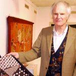 Jatuh Cinta pada Batik, Pria Jerman Ini Koleksi 2.000 Batik