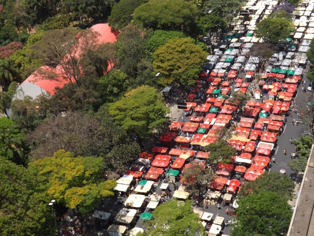 "Feira ""Hippie"", a maior feira de artesanato do Brasil  Foto: Lolivan Terra"