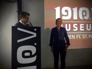 Versammlungsleiter Dr. Philippe Niebuhr gratuliert der neuen Kassenprüferin Annika Kückens zur einstimmigen Wahl