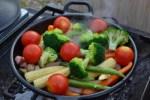 【キャンプ料理】超簡単!!スキレットで彩(いろどり)野菜を蒸し焼きに^^