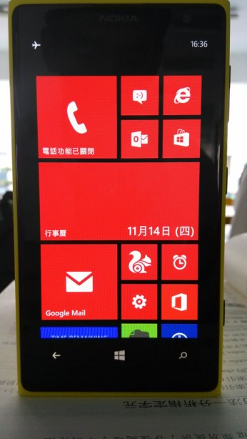 yellow lumia 1020 with red theme