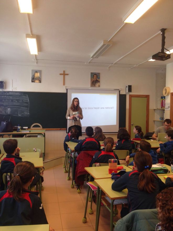 Teresa Gavilà durante su charla sobre comunicación a los alumnos de primaria del Colegio Maristas de Dénia