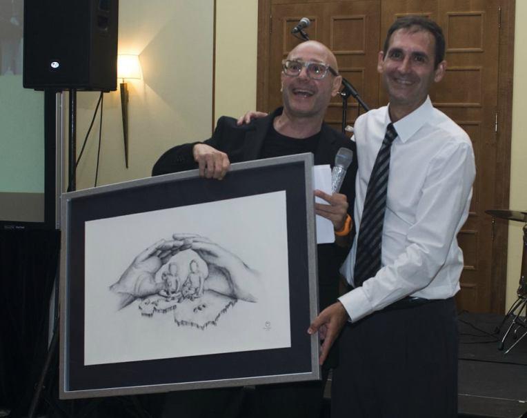 Toni Ortolà hace entrega de su dibujo rifado durante la celebracion del xx aniversario de seguros ginestar  - organización de eventos