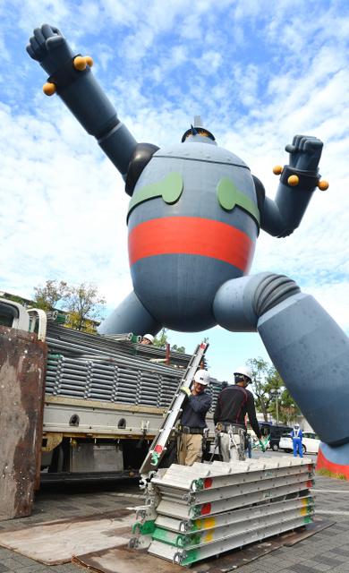 鉄人28号の塗り替えのため、足場を組む作業が始まった=17日午前、神戸市長田区、水野義則撮影