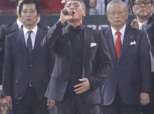 【日本シリーズ】広島出身・吉川晃司が国歌斉唱、伊調馨がノーバン始球式