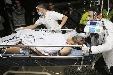 29日、コロンビア中部ラセハで、航空機墜落現場から救助され病院に搬送されるブラジルのサッカーチーム「シャペコエンセ」の選手(EPA=時事)