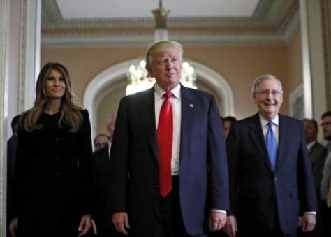 10日、ワシントンの連邦議会議事堂を歩く共和党のトランプ氏(中央)=AP
