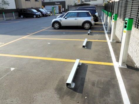 ロック板の無い駐車場。お金を支払わずに車に乗ると「お帰りの際は料金をお支払いください」というアナウンスが流れる=堺市北区