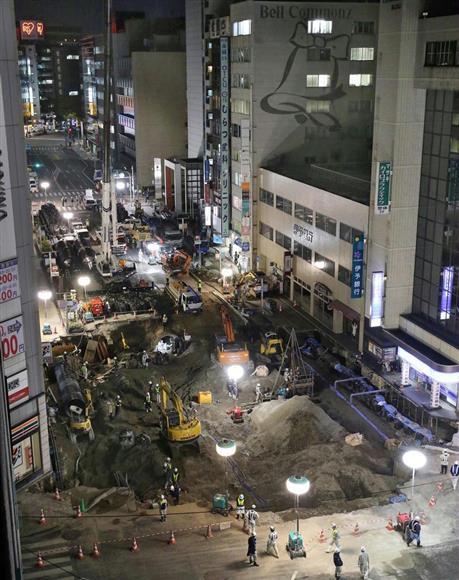 陥没事故現場の復旧作業=11日午後6時ごろ、福岡市博多区(鳥越瑞絵撮影)
