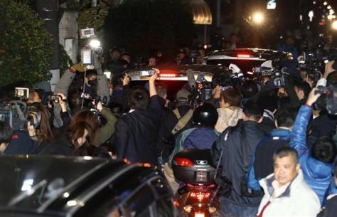 報道陣に囲まれながら移動するASKA容疑者が乗った警察車両=28日、東京都目黒区(撮影・山田俊介)