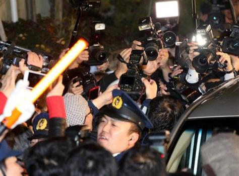 覚醒剤取締法違反の疑いで逮捕され車に乗り込む歌手のASKA容疑者を追う報道陣のカメラ=28日午後、東京都目黒区(早坂洋祐撮影)