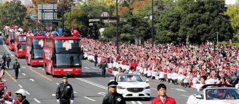 優勝パレードをする広島ナイン(11月5