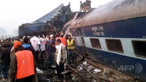 インド北部ウッタルプラデシュ州カーンプルの列車脱線事故現場で行われる救助活動(2016年11月20日撮影)。(c)AFP