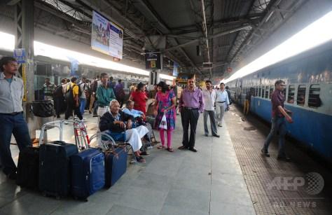 インド北部ウッタルプラデシュ州アラハバードの鉄道駅で列車を待つ人たち(2015年2月26日撮影、資料写真)。(c)AFP/Sanjay Kanojia