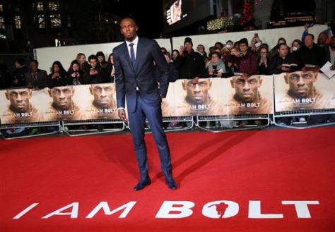 28日、ドキュメンタリー映画の記者会見に出席し、撮影に応じるウサイン・ボルト=ロンドン(ロイター)