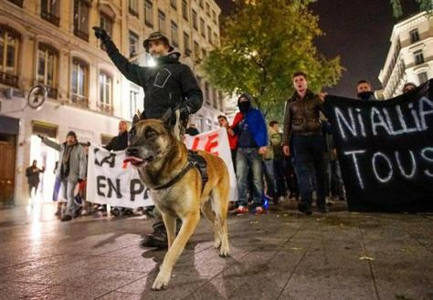 4日、仏リヨンでの抗議デモに参加した警察官(ロイター)