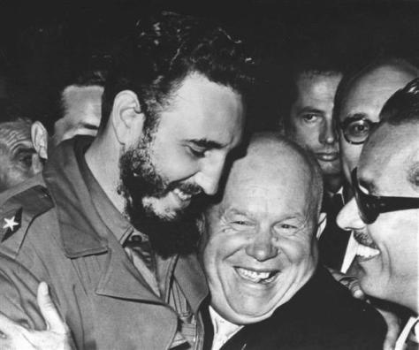 1960年9月、米ニューヨークの国連本部で抱き合うフィデル・カストロ首相(左)とソ連のフルシチョフ首相(AP)