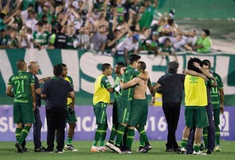 コロンビアで墜落した飛行機に搭乗していたとみられるブラジルサッカー選手ら(AP)