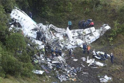 29日、コロンビア中部メデジン近郊のチャーター機墜落現場で救出作業にあたる人々(AP)